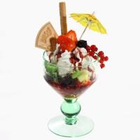Мороженое с фруктами и гранатовым соусом